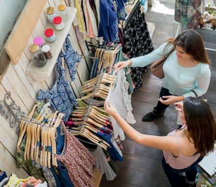 Une femme fait du Shopping dans une boutique, prêt-à-porter