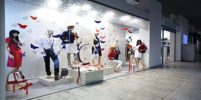 Entrée du magasin, agencement de boutique, mannequins, vitrine